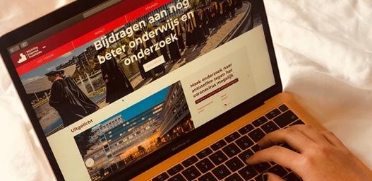 Afbeelding van student met nieuwe laptop